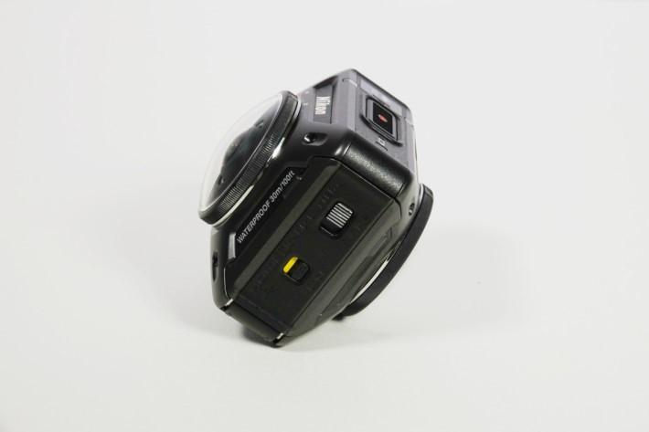 相機左側的電池蓋還有一個保險鎖,減低誤揭的機會。