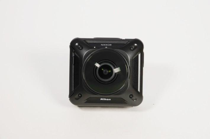 背面與機面最易辨認的地方,是機面較多字,機底的Nikon放在鏡頭下方。