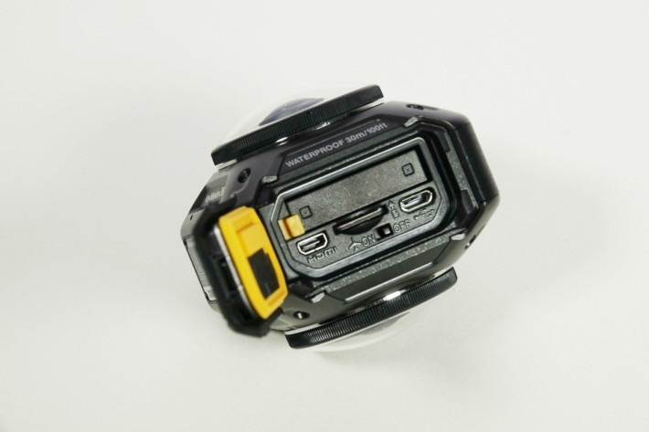 microSD插槽旁邊有一個飛行模式設定撥桿。