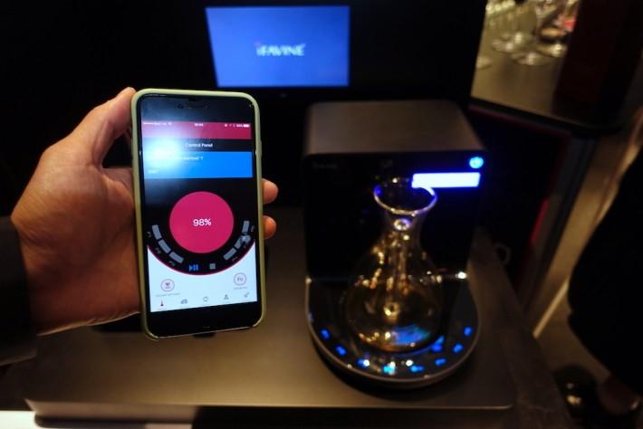 ・iSommelier Pro 可以用手機 App 操作。