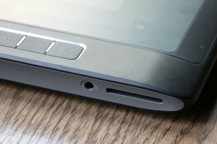 機側還設有 SD 卡讀卡器,方便攝影後即時傳輸到電腦內作修改。