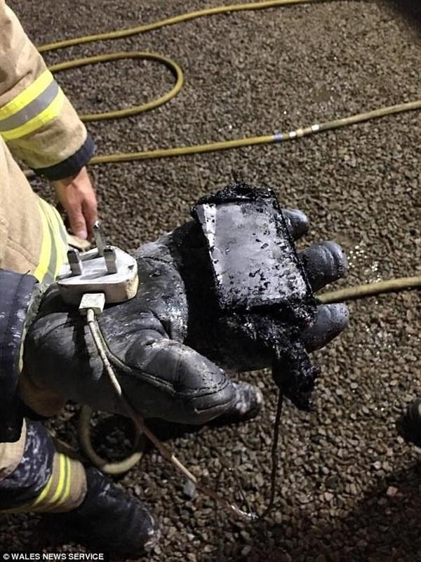 消防員在房間發現銷毀的蘋果手機。