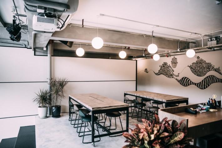 空間設有流動工作桌。
