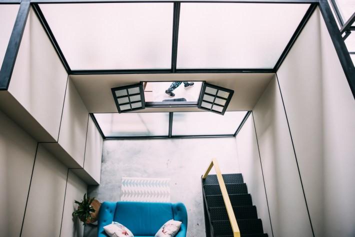 樓底達 6 米高,開放式裝潢設計令三層空間互相連接。