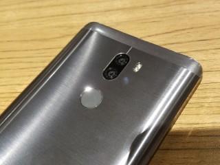 內置13MP Sony感光元件雙相機,其中一個為專用的黑白感應器,專記錄明暗細節。