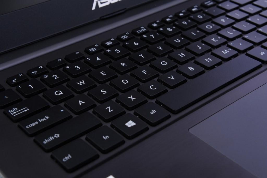 全尺寸鍵盤提供 2.3mm 鍵程,比一般輕薄手提電腦更舒適。
