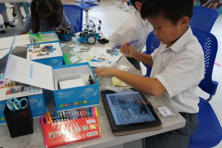 學生劉梓樂正準備砌第二合mBot,他既學會了砌機,也學習活用分類概念。
