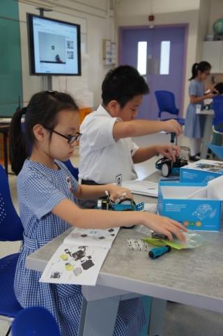 學生蔣蔚婷表示很喜歡 mBot 課 堂,過往也曾經與父親一起砌機械人。