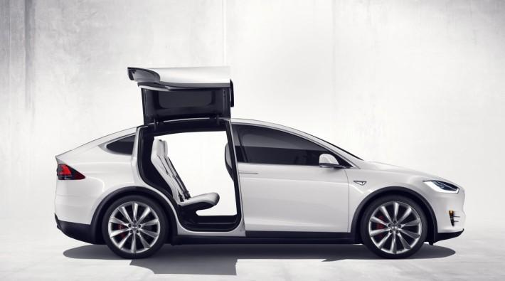Model X 的鷹翼式設計,讓人留下深刻印象。