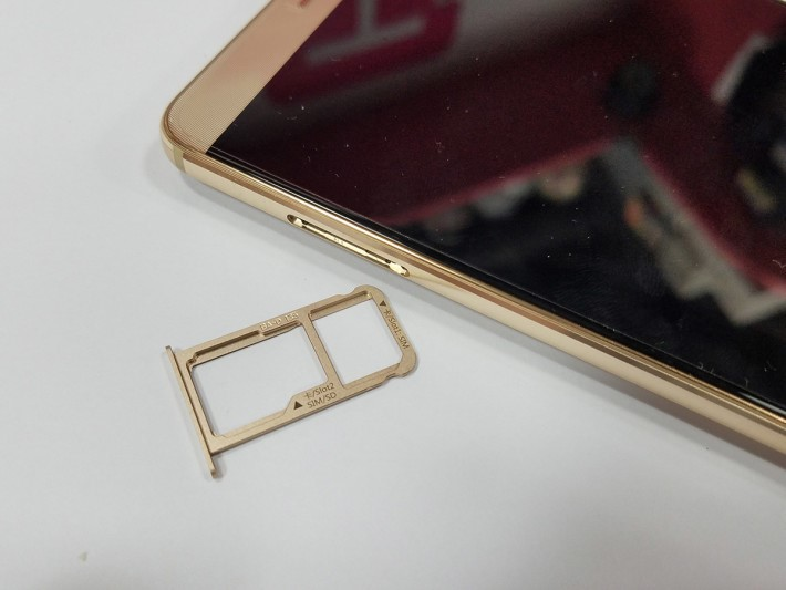 繼續使用混合式雙卡槽,用 microSD 就不可使用第二張 SIM。