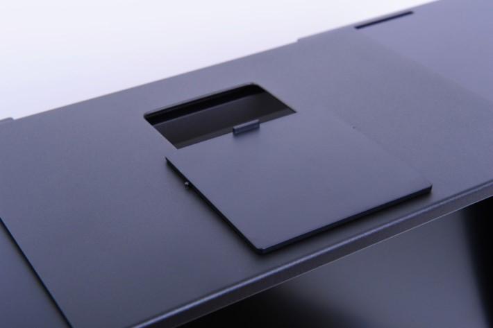 遮光罩有開孔方便專業用戶進行色彩校正。