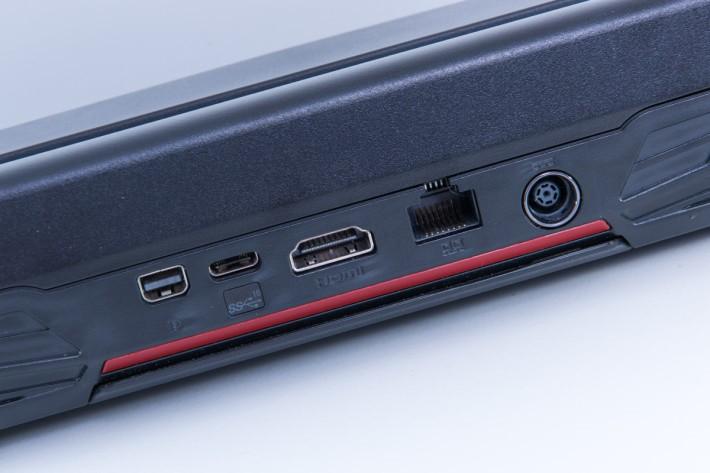 機背提供 HDMI 及 mini-DP 顯示輸出,並有一組 10Gb/s 之 USB 3.1 Type-C 介面。