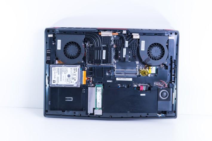 拆開底殼可見 7 條熱導管分別連接 CPU 及 GPU,再由雙風扇帶走熱力。