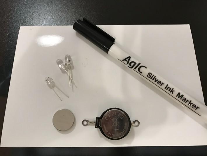 導電筆的墨水有銀的物質,只要在相紙上畫出電路,再接上電池,就可以令燈泡發亮。
