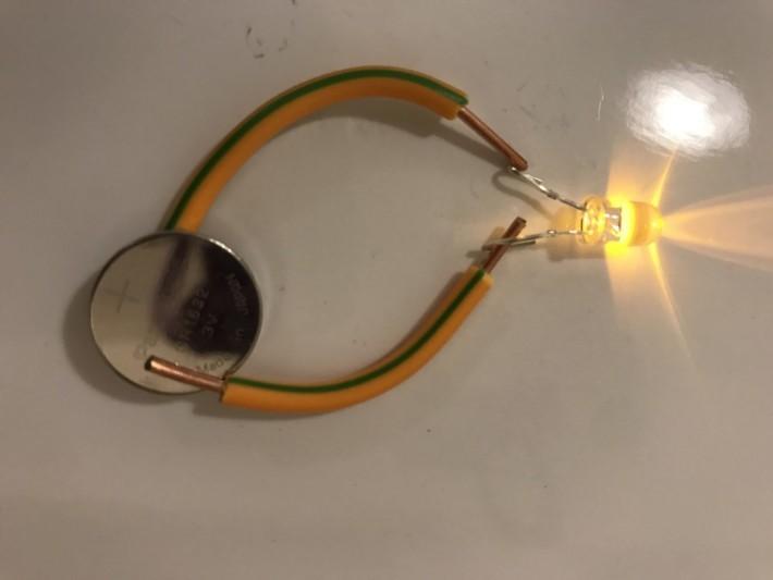 傳統的電路需是通過電線。