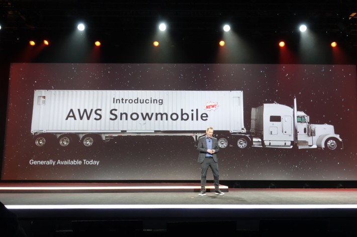 Andy Jassy 稱,Snowmobile可載 100PB 數據,將如此大量數據搬上雲端時間從 26 年,減至6個月。