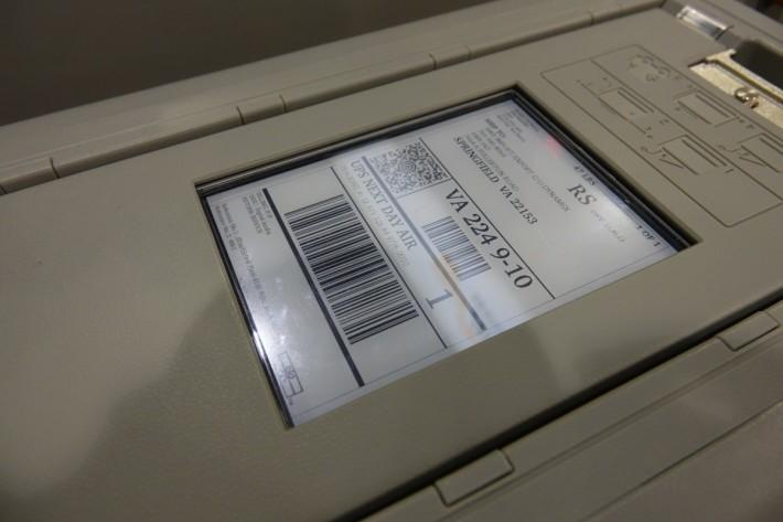 Snowball Edge 機身上有 e-Ink 顯示,方便運送。