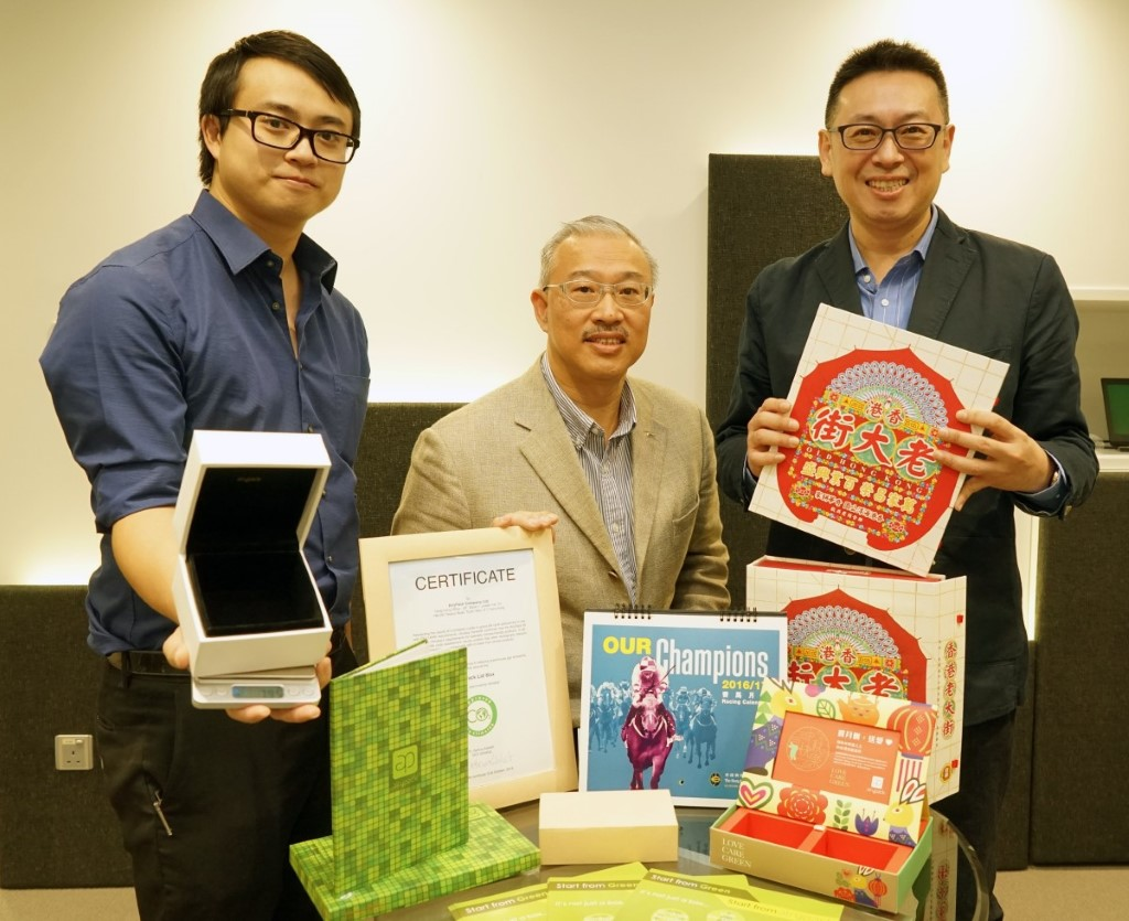任德堅博士(中)將傳統印刷加入新科技,認為 AiryPack 包裝盒有龐大商業市場。
