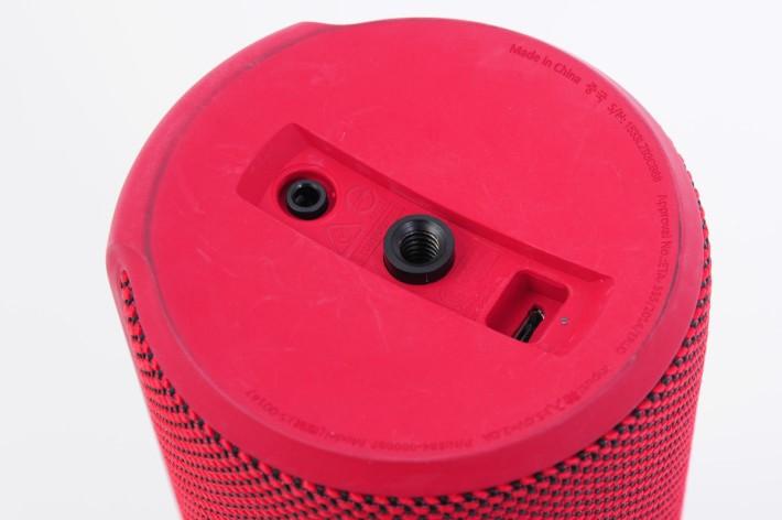 透過 USB 作出充電,同時亦具備有 IPX7 級別防水功能。