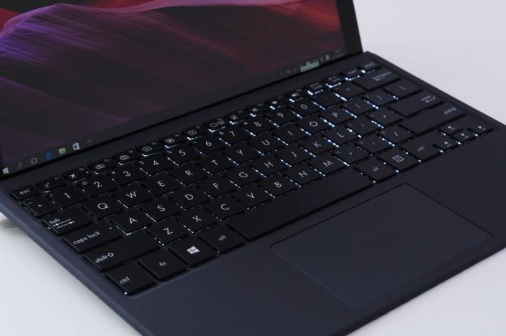 六行式鍵盤設有背光燈,更提供四種不同顏色供選擇。(HK$1,298)
