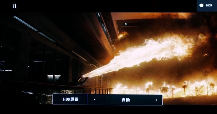 ・試播最新的UHD 藍光碟《自殺特攻:超能暴隊 4K》,其大一幕放火片段。開啟HDR火光的細節和層次感相對更多,左下角暗位仍然保留一些細節。