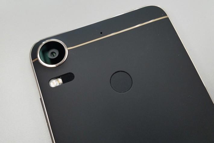 20MP 主相機支援鐳射對焦功能,機背中央置有指紋感應器。