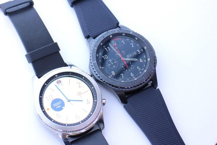 Gear S3 一樣有兩個版本:右邊的Frontier 靈感來自探險家,所以外形比較粗獷,用色沉實;左邊的 Classic 顧名思義針對鍾情典雅風格的人士,設計亦閃亮一點。