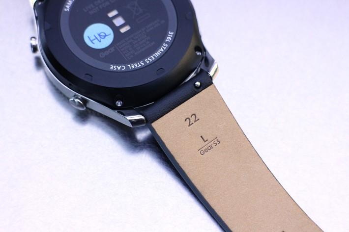 使用 22mm 錶帶,更換簡單。