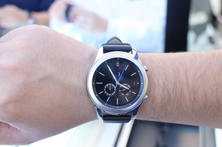 繼續使用全圓錶面設計,但表盤達到了 46mm,比上代Gear S2 大上不少,上手夠份量時平衡度不錯。