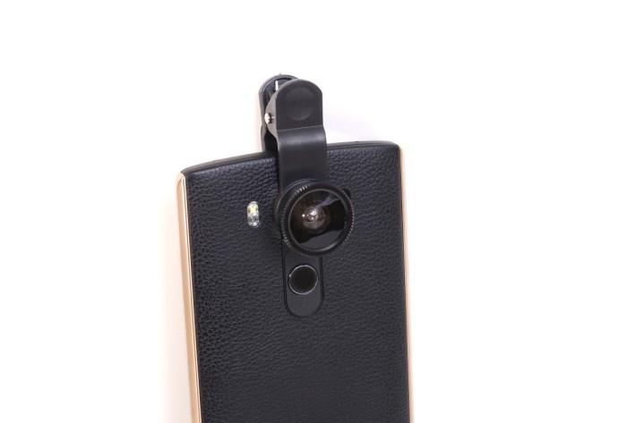 外掛鏡頭以夾子方式固定於手機鏡頭上。