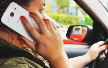 英政府研究電話設安全駕駛模式 禁駕車打電話