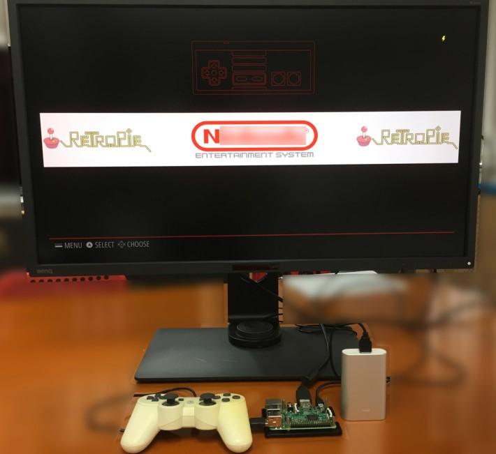 草莓批遊戲機非常小巧,可以用手機充電池推動,還備有 Wi-Fi 、藍牙和 HDMI 輸出。