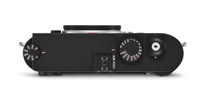 機頂右側多了感光度轉盤,細心留意,Leica M10 的字樣放在機頂這出心裁的位置。