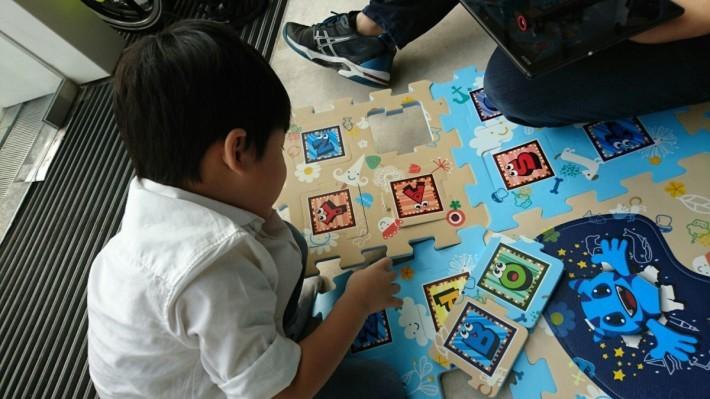 小童可以一面砌地墊,坐在地墊上玩遊戲及認字,玩都可以玩得舒服。