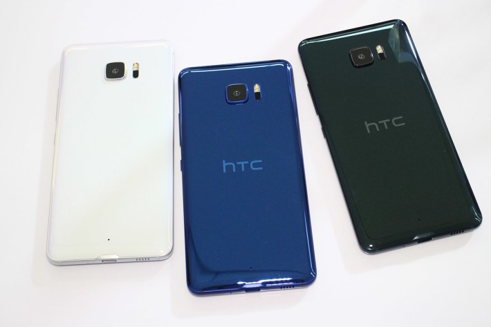 U Ultra同U Play均備有Brilliant Black、Ice White及Sapphire Blue可選擇,三者於燈光下,不同角度去看顏色都會有一些差變,有點幻變的感覺。