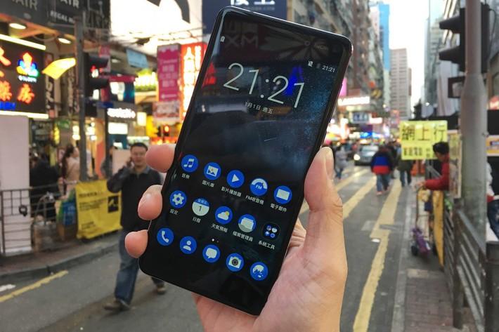 Nokia 6 即使用上 2.5D 玻璃,但金屬中框帶有鋒利感,握持感只是一般。