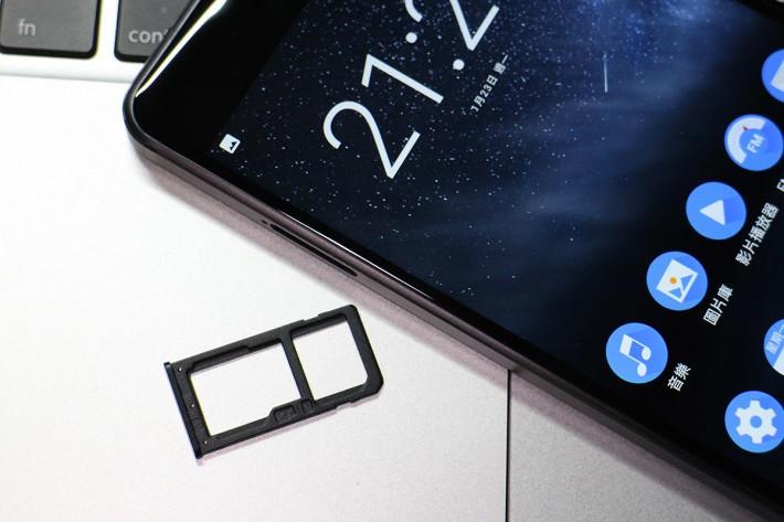混合式卡槽,可使用 microSD。