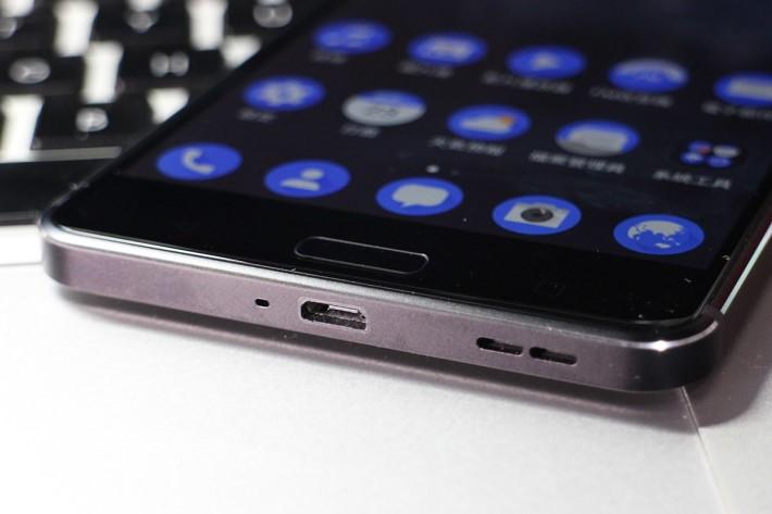 沒有用 USB-C,只用上常見的 microUSB 介面。
