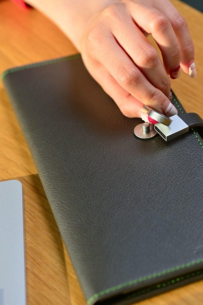 現時於指定 XBox 特約零售商出機,同時加配一款遊戲,立即可獲 Xbox 多用途手提袋,其扣位更隱藏 16GB USB 手指。