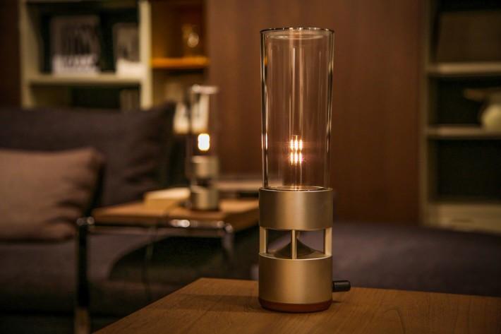 第一代玻璃喇叭設計滿有高級感,不過價錢也相當高級,第二代設計明顯降低了不少生產成本,故售價傾向大眾化。