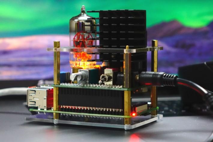 503HTA 預設配備一支 JJ6DJ8 三極真空管,中間的旋扭除了是音量控制也是電源開關,配合官方程式,還可以啟動 RPi 的關機程序。