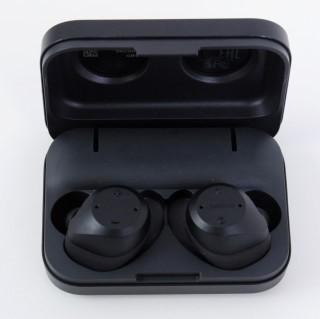 用來收納耳機的充電盒,可以為耳機帶來額外 6 小時電力。