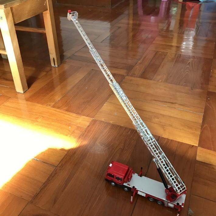 使用支撐架可穩固延伸後的雲梯消防 車。