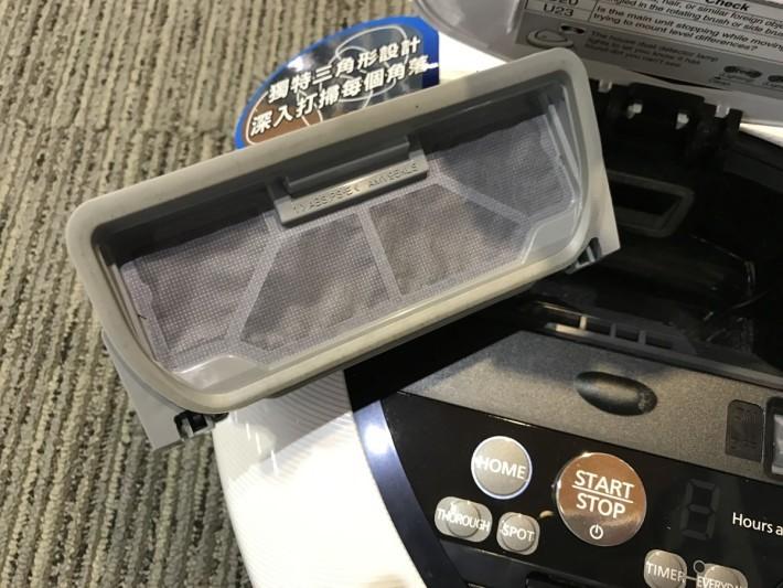吸塵機械人內有多 重濾網設計及氣壓集 塵盒,可壓縮約5倍的 塵埃。