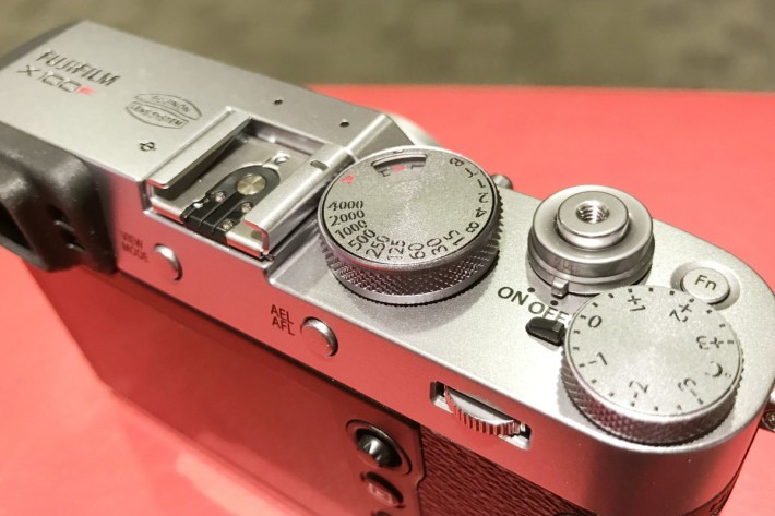 X100F 保留了平機頂設計,仍保留著輕巧的感覺。