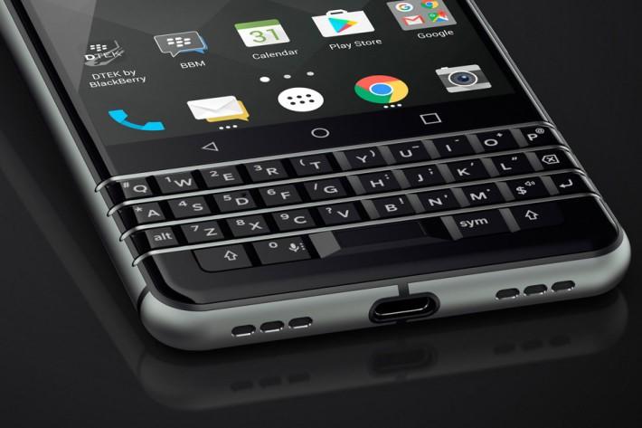 繼續以耍家的實體 Keyboard 吸引用戶,並像以前的 Passport 般可作為觸控板,而且 Space 鍵更內置指紋辨識功能。