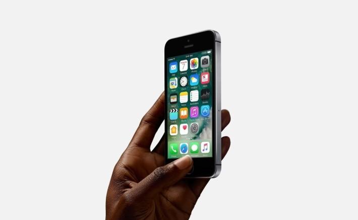 iPhone SE 的成功,打破市場對於大屏幕手機的迷思。