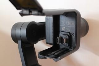 安裝 Action cam 的位置備有插頭,可與 HERO5 Black 完全接合,使用穩定器上的按鍵進行錄影控制,亦可同時為為 HERO5 Black 及 Karma Grip 充電。