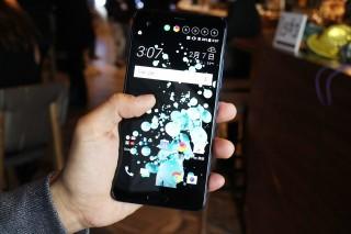 U Ultra 除了 「Liquid Surface」的玻璃機身設計之外,另一特點是配備2吋第二屏幕,支援有 AI 元素的「HTC Sense Companion」功能。