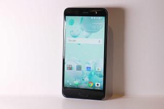 同一時間 HTC 亦會推出中階新機 U Play,只用上 5.2 吋 FHD 屏幕,、沒有第二屏幕及使用MTK Heilo P10 處理器。此機定價 $3,498。